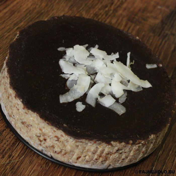 Mandlovo-datlový RAW dort. Máte rádi mandle a datle?  Pokud ano, tak tento RAW dort je právě pro vás. Není to jen vynikající dezert, ale také velmi dobře zasytí. Fajne jidlo přeje chutný den :)