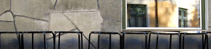 sedie ed una finestra