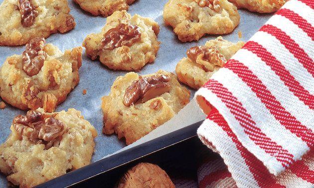Cookies au fromage: Battre en mousse le beurre et le sel. Incorporer le blanc d'oeuf, les noix et le Sbrinz, assaisonner. Ajouter la farine et la poudre à ...