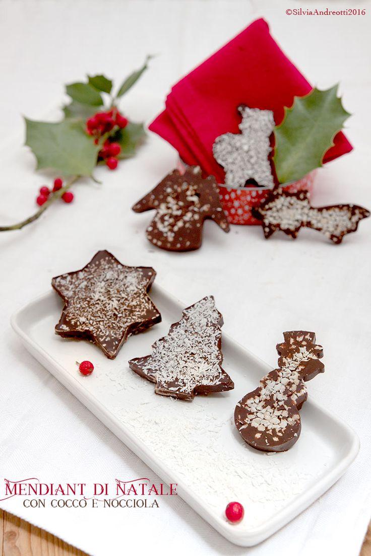 Cioccolato, granella di nocciola e cocco sono i golosi ingredienti dei mendiant di Natale, deliziosi dolcetti da servire o regalare durante le feste.