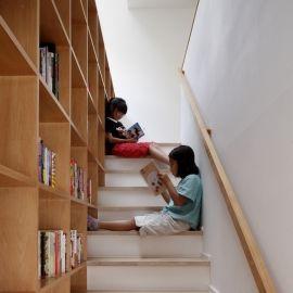 眺めの良いルーフテラスの家の部屋 階段脇のライブラリー