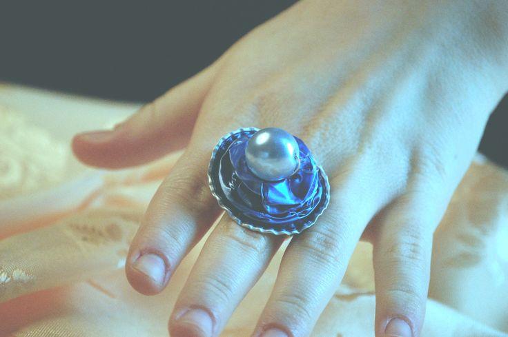 Anello carta da zucchero opaca, struttura a funghetto con perla.