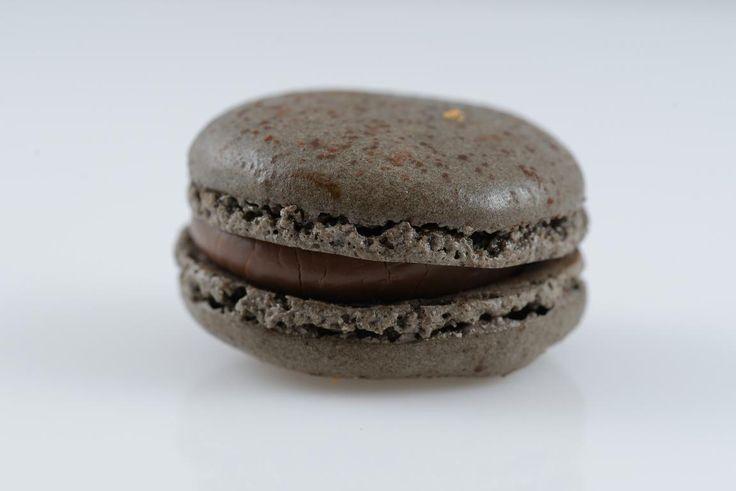 Macaron LUBO | Κλασσικό παραδοσιακό γλύκισμα από την Γαλλία με γέμιση από σοκολάτα που έχει περιεκτικότητα 55% σε κακάο, αρωματισμένη μαύρο τσάι EARL GREY.