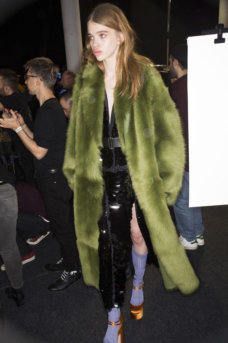 Rochas Fall 2016 Ready-to-Wear Beauty Photos - Vogue