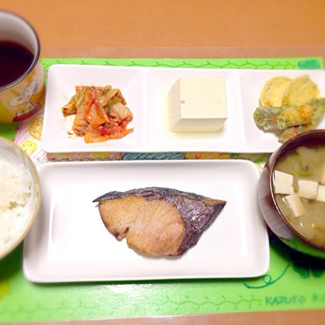 2013.10.07 - 1件のもぐもぐ - ブリの塩焼き、冷奴、味噌汁、キムチ、天ぷら残り、 by kazuchan