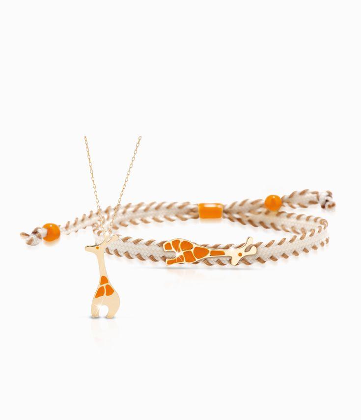Pendente e bracciale Io&Te in oro giallo con sagoma giraffa smalto colorato. Il bracciale è corredato di cordino tessuto canvas con chiusura regolabile. Tutti i bracciali della linea possono essere venduti anche singolarmente.