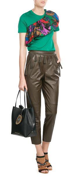 Alles andere als basic!+ Das grüne T--Shirt aus softer Baumwolle ziert eine bunt bedruckte Volant-Applikation im Stil einer Schärpe. Von Sonia Rykiel #Stylebop
