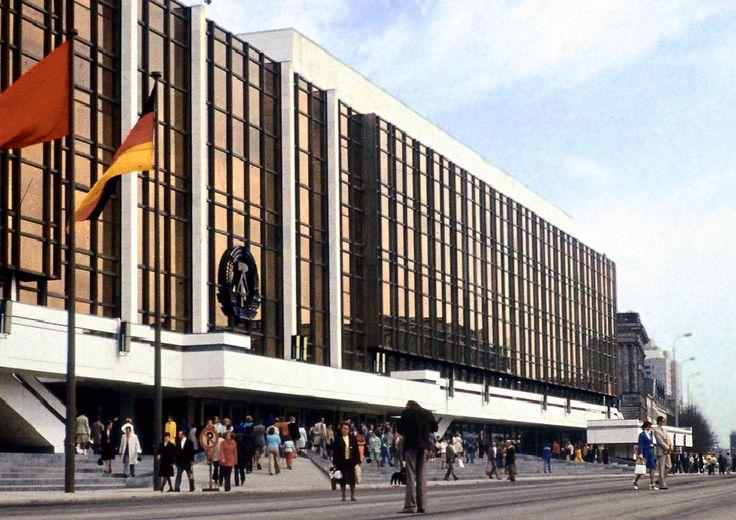 Palast der Republik. 19. September: Der Palast der Republik wird wegen Asbestbelastung geschlossen.