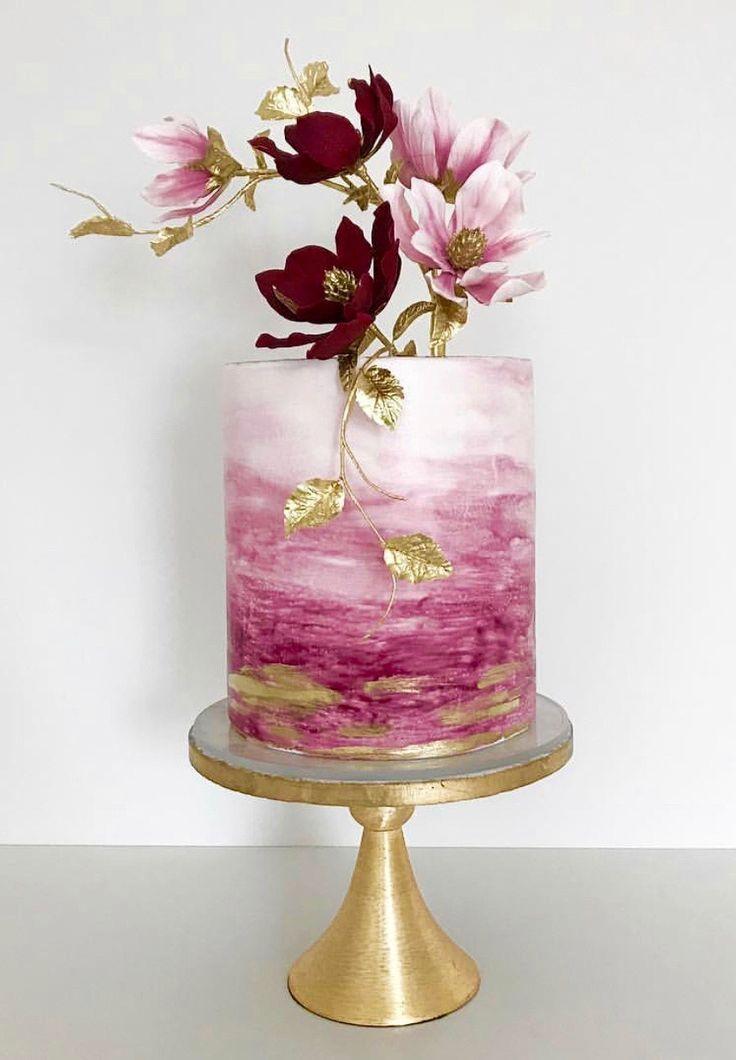Einstockige Hochzeitstorte Verziert Mit Roten Und Pinken Blumen Romantische Berry F In 2020 Buttercreme Hochzeitstorte Hochzeitstorte Fondant Hochzeitstorte Verzieren
