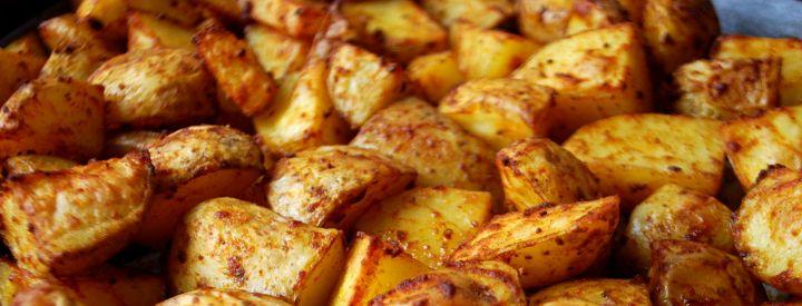 Pečené brambory v trouběBrambory přikryjte alobalem nebo poklopem (přiklopila jsem druhým plechem) a pečte nejdříve 25 minut na 200 stupňů, pak poklop sundejte, teplotu trochu snižte a pečte ještě 10 – 15 minut. Bambory jsou hotové, když jsou měkké a na povrchu zlatavé. Vždy bude záležet na konkrétních bramborách, jaký bude výsledek, takže zkuste a uvidíte