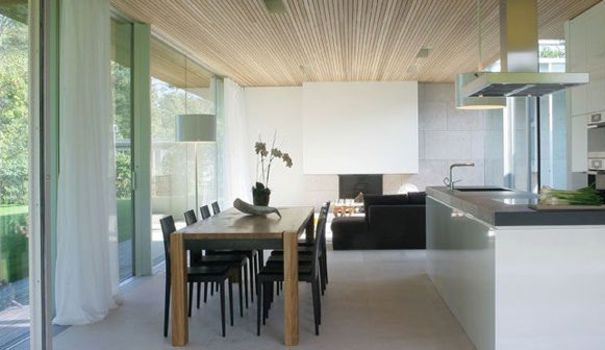 Située dans un parc de 3000 m2, cette maison de verre allie extrême simplicité et élégance discrète pour se fondre dans le paysage. Découvrez cette maison moderne, sa lumière exceptionnelle et sa vue à couper le souffle !