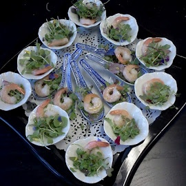 Verrines de crevette aux micro pousses florales.  Verrines of shrimps with flowery micro salads.