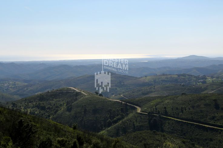 Os caminhos sinuosos e emocionantes marcam o verde da serra algarvia / The sinuous and exciting roads mark the green of the Algarve hills