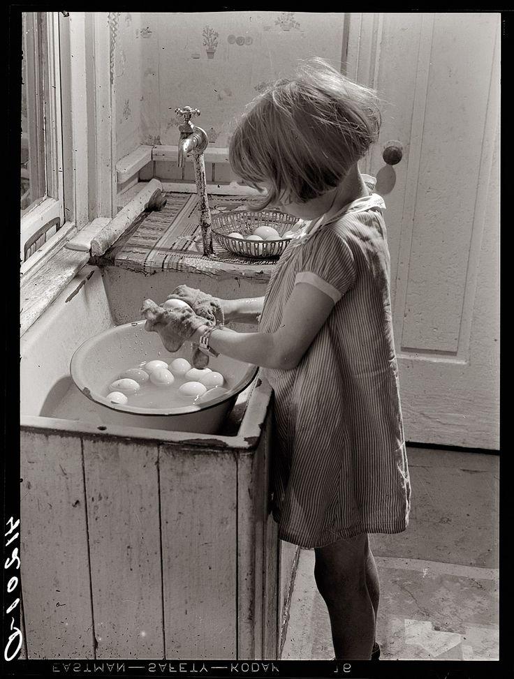 Shorpy Historical Photo Archive : The egg girl (1940)