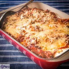 Enchilada ovenschotel (met video recept)  Enchilada's, één van de toppers uit de Mexicaanse keuken kan heel eenvoudig in een ovenschotel worden gemaakt. En omdat je alles zelf kunt maken, wordt het een budget vriendelijk recept. Met video recept