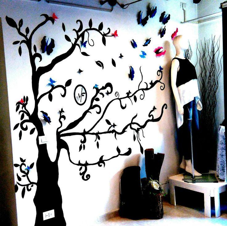 …profumo di primavera - estate !!! ☀️ #JFmodagiovane #Mantova #JF #JFproject #store #showroom #vetrina #style #clothing #accessories #art #spring #summer #tree #butterfly #colors #love (presso JF Moda Giovane a Roverbella)