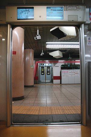 次々と発着する列車、様々な行先へ走る列車。街の電車は、地下鉄を介して次々とその先へとつながってゆく。2014/9 小竹向原駅 西武有楽町線6527小手指行 車窓(10000系)・東京メトロ副都心線B1354K和光市行(5050系)© 2010 風旅記(M.M.) 風旅記以外への転載はできません...