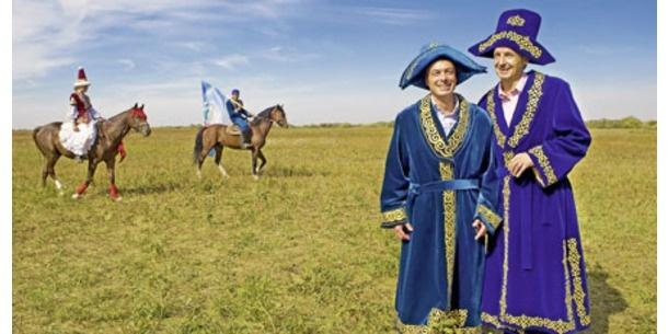 Martin Bartenstein, kostümiert in Kasachstan