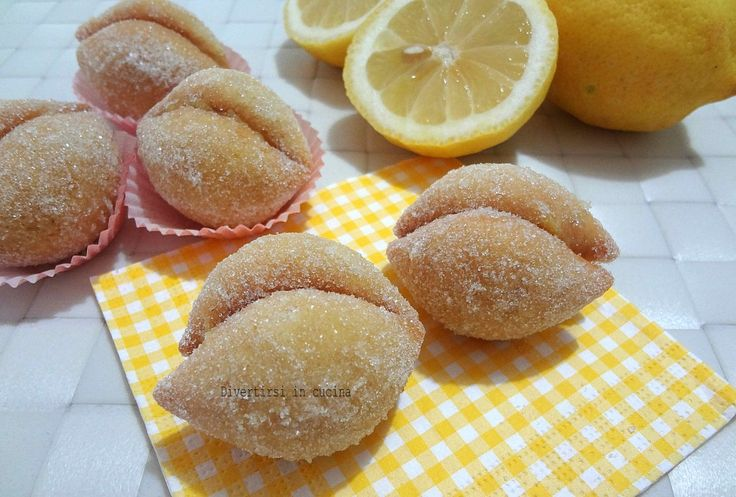 Ricetta limoni dolci Per l'impasto: 280 gr. di farina 2 uova 1 bustina di lievito per dolci 70 gr. di zucchero 60 gr. di burro morbido a tocchetti 50 ml di latte la buccia grattugiata di un limone Per la crema al limone: il succo di un limone 200 gr. di zucchero 1 uovo e 1 tuorlo 30 gr. di fecola 300 ml d'acqua