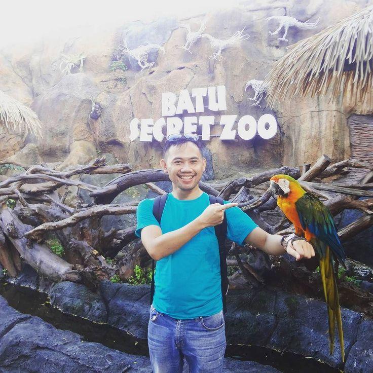 Burung kakatua merupakan salah satu burung yang familiar di telinga orang indonesia. Inilah pertama kali saya datang ke @batusecretzoo dan berfoto bersama burung kakatua. Saya senang sekali bisa merasakan moment ini. Mengapa? Karena burung kakatua merupakan burung yang harus dilestarikan agar burung ini tidak punah. So mari kita cintai satwa2 yang ada disekitar kita agar kelestarian dan ekosistemnya tetap terjaga. @jatimparkdua  @batusecretzoo  #secretzoophotochallenge  #secreetZooandMe by…