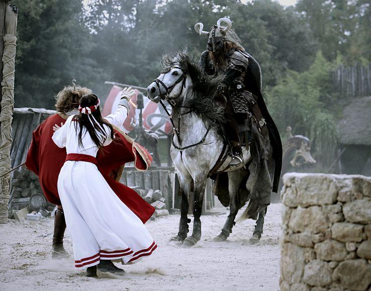 """"""" Les Vikings sont là et pillent nos trésors ! """" #PuyduFou #Vikings #Gaulois #village #attaque #spectacle #show #spectacular #park #themepark"""