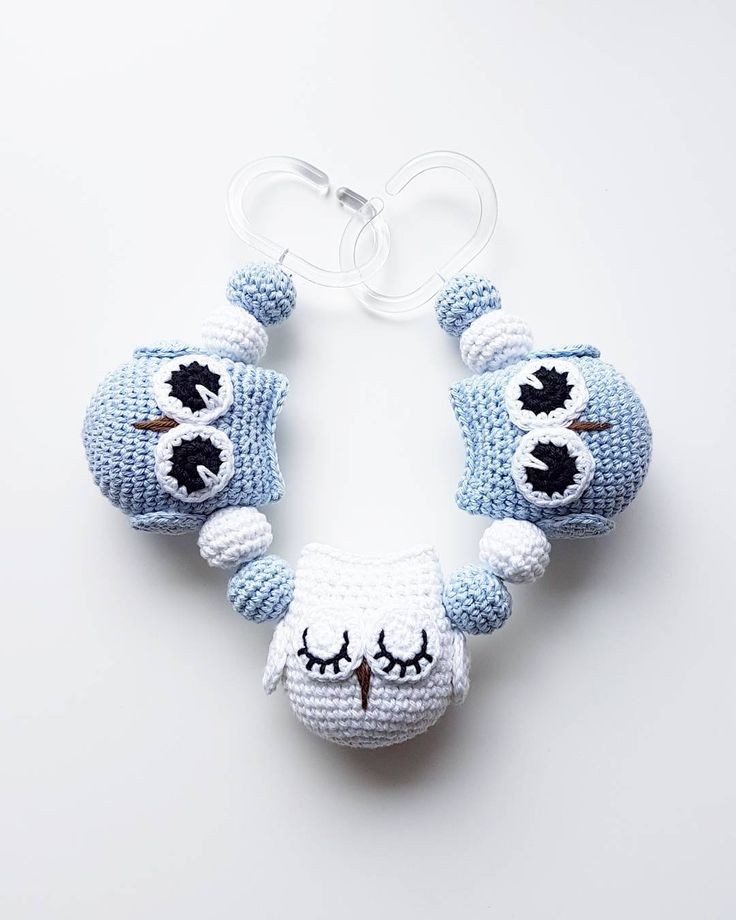 Ugglemobil.  #virka #crochet #virkat #crocheting #virkar #crochetersofinstagram #crochetersanonymous #färgglatt #color #colors #garn #yarn #barnmobil #barn #virkattillbaby #virkattillbarn #uggla #ugglor #owl #owls #ugglemobil #owlstagram_feature #barnvagnsmobil #vagnmobil #polarnopyret #panduro #pandurohobby #strollerpendant #strollerchain #pramchain