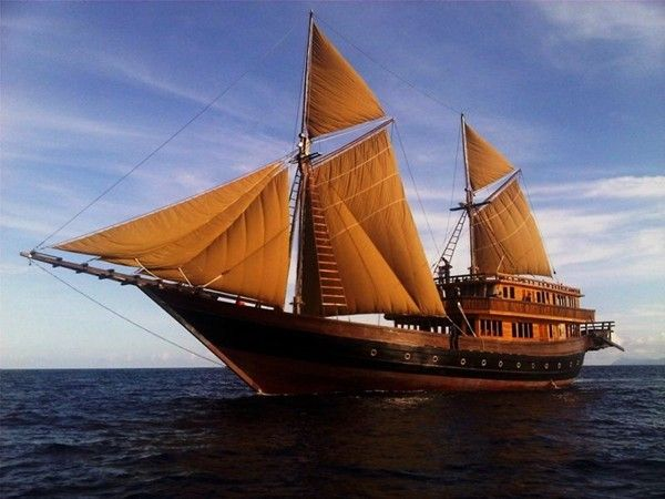CHARTER A LUXURY PHINISI BOAT AND EXPLORE KOMODO ISLAND