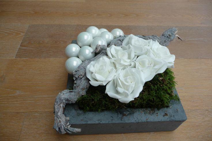kerststukje met rozen en kerstballen  simpel