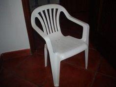 Limpar as cadeiras e mesas de plastico branco