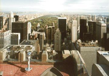 Et bien que le visiteur ne grimpe qu'aux 67e, 69e et 70e étage (259 mètres) au Rockefeller Centre (17,50 $ US pour un adulte), à comparer au 86e étage (320 mètres) de l'ESB (16 $ US) ou au 102e étage (381 mètres, 14 $ US de plus), la vue au sommet du Rockefeller Centre est entièrement dégagée, sans grillages, barrières, ni même vitres au 70e.    Par ailleurs, l'espace au sol est bien plus vaste au 70e du Rockefeller qu'au 86e étage de l'ESB. Le cadre est en plus très élégant, en pierre grise…