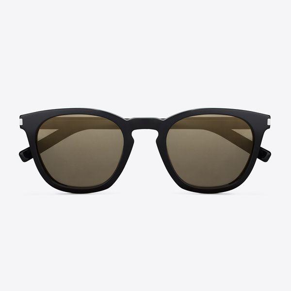 Les lunettes pantos Légèrement ovales, les lunettes de formes pantos arrondissent les angles (ce qui peut être bien pour un visage carré) tout en conservant un certain charme rock et rétro. Lunettes de soleil Saint Laurent par Hedi Slimane, 230€