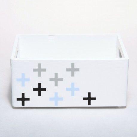 Pojemnik na zabawki wykonany z drewna i pomalowany na biało. Udekorowany motywem plus. Przechowywanie w pokoju niemowlaka, malucha i starszaka.