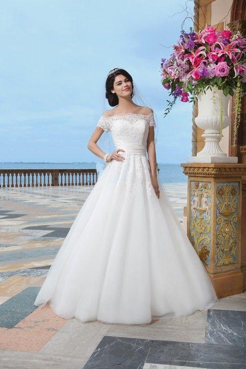 Romantické biele svadobné šaty s náherným krajkovým vrchom s krátkymi rukávikmi, s A-sukňou so zvýrazneným pásom.
