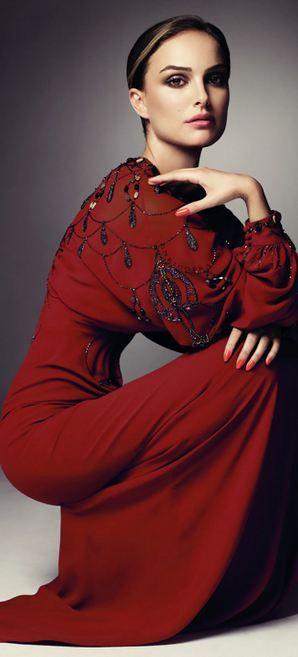 Burgundy en todo su esplendor... Natalie Portman luciendo un espectacular vestido largo con mangas bombé con bordados,  lentejuelas y detalles en negro.