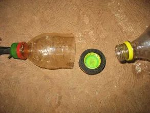 Foto: Tampa da garrafa PET posicionada no interior do anel de borracha.