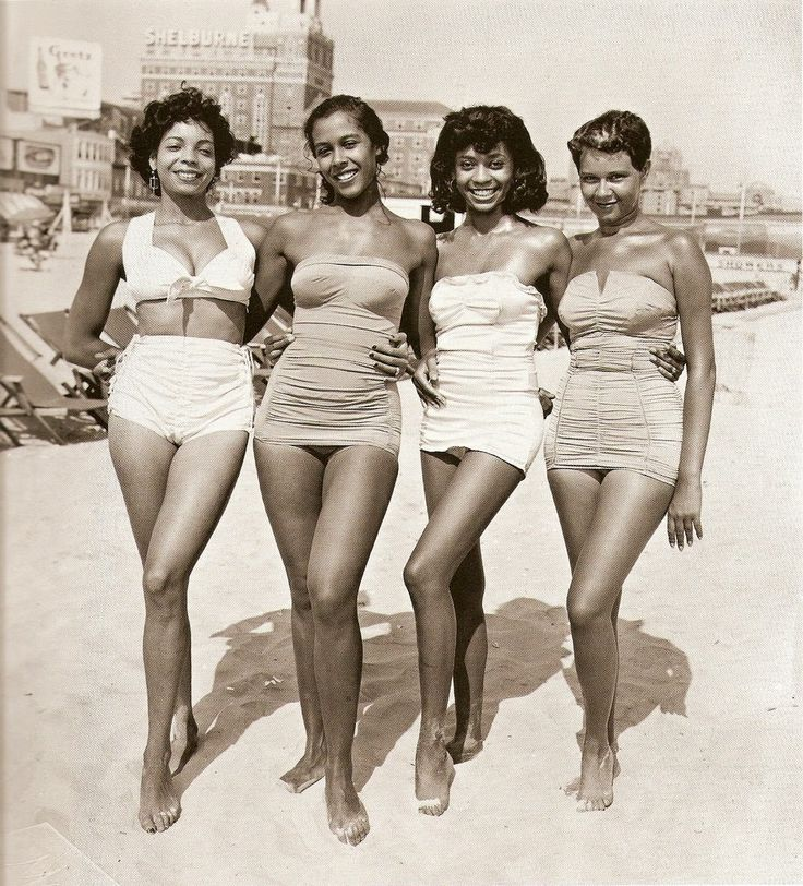 vintage everyday: Girls in bathing suits on the beach, ca. 1950s