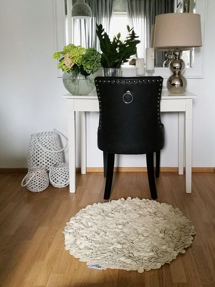 @ellenlalellen valitsi kotiinsa intialaisen villamaton, joka on valmistettu sadoista leikatuista huopapaloista. Se on muhkea ja persoonallinen matto, jossa on monta ulottuvuutta. #whiterug #homeoffice #woolrug