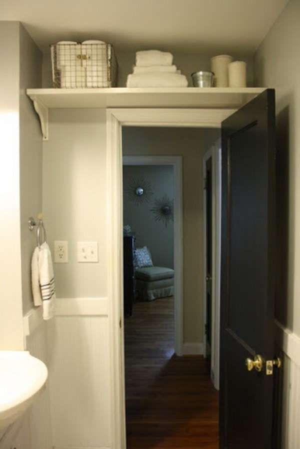 Des étagères au-dessus de la porte pour un maximum d'espace. 16 astuces gain de place pour petite salle de bain
