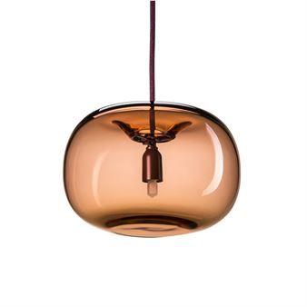 Pebble taklampe fra det svenske varemerket Örsjö Belysning har en moderne utførelse i spunnet metall eller håndblåst glass. Den runde formen skaper et vakkert utseende og den gjør seg perfekt i eksempelvis en lesekrok eller i gangen. Lampen er designet av  Joel Karlsson, sjefsdesigner på arkitektfirmaet Krook och Tjäder. Pebble er tilgjengelig i flere varianter og farger. Varianten i metall gir et sterkt rettet lys nedover mens glassvarianten skaper et mer behagelig og stemningsfullt skinn.