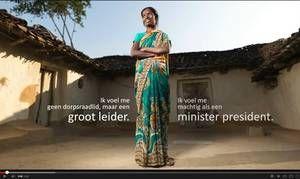 """Rajwanti Singh, dorpsraadslid in India:  """"Het leven is moeilijk voor vrouwen in India. Als ze buiten lopen worden ze belaagd, tegengehouden of gemolesteerd door mannen. Ze zijn niet vrij om te gaan en staan of te werken waar ze willen. Kijk naar de groepsverkrachting in Delhi. Dat kan ons ook overkomen. We moeten onze sociale omgeving leefbaarder en ontvankelijker maken voor vrouwen en meisjes. Samen staan we sterk. Een individu kun je kapotmaken, maar een blok niet."""