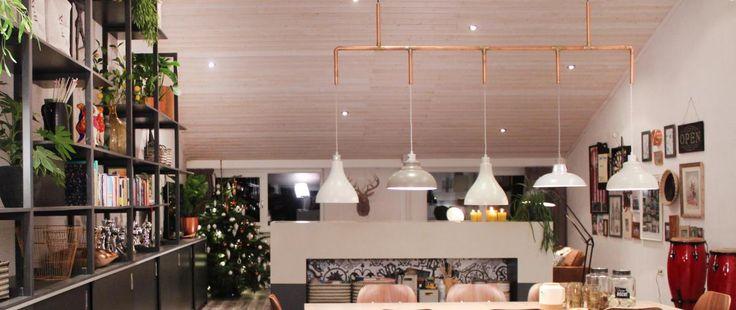 De familie Hassel is groot, de hobbyschuur is groot en de tafel die er komt te staan wordt ook groot. De lampen boven de tafel kunnen daarom niet achterblijven! Maar in plaats van dat hij één grote lamp ophangt, zorgt Thomas voor 5 verschillende lampen. Die verbindt hij met elkaar via een koperen frame.