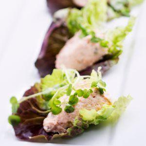 Savulohta salaatinlehdillä - Smoked salmon and salad