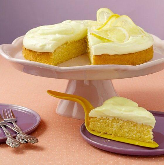 Dieser Kuchen bringt Sonne auf den Teller: Der fluffige Boden wir mit einer Zitronen-Mascarponecreme getoppt.
