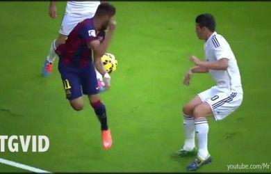 Podemos observar que el jugador de la casaca roja con azul , va a realizar un control hacia el balón mientras los otros jugadores observan la jugada.