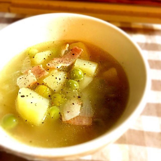 グリーンピース、ジャガイモ、玉ねぎ、ベーコンをコンソメでたきました。  味付けはコンソメと胡椒だけのシンプルさ。  野菜の優しい甘さが引き立ちます(^^) - 25件のもぐもぐ - グリーンピースとジャガイモのコンソメスープ by 314sugar