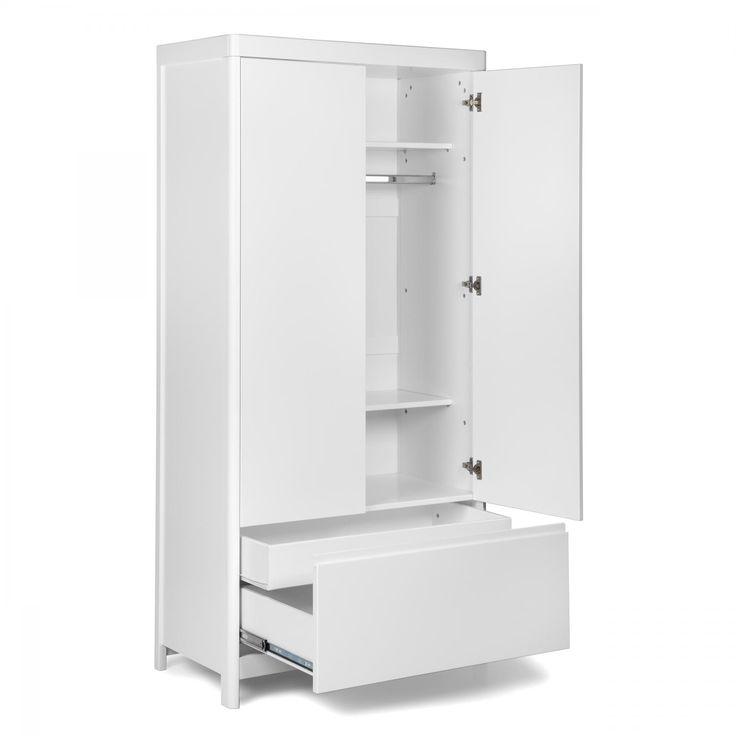 Stilren, vit garderob med mjukt rundade hörn och dubbla dörrar. Två justerbara hyllplan, klädstång och en stor låda nedtill ger gott om plats.