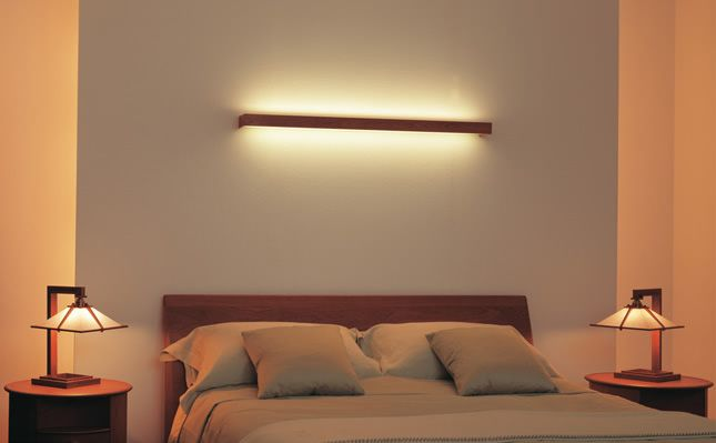 間接照明の柔ら中灯りが心を癒してくれます。ベットサイドにおいてある照明はあの有名建築家フランクロイドライトの作品です。