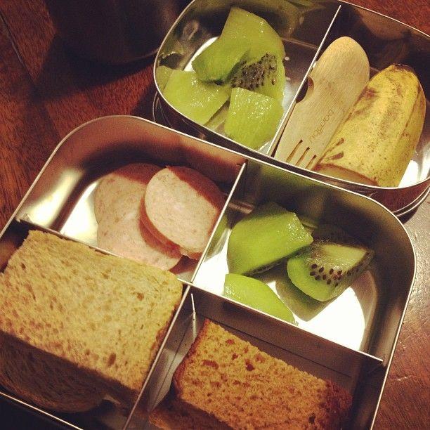 Twitter / iAgeeth Brood, ontbijtkoek, kiwi, banaan en gegrilde worst