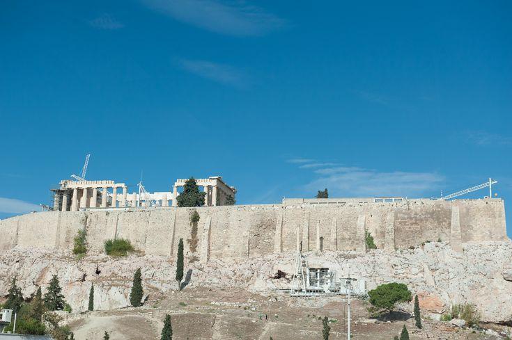Ο βράχος της Ακρόπολης, θέα από το εσωτερικό του Μουσείου της Ακρόπολης. Ο βράχος της Ακρόπολης ήταν το σημείο όπου κατέληγε η πομπή των Παναθηναίων. Τα Παναθήναια ήταν αρχαία ελληνική γιορτή των Αθηνών αφιερωμένη στη θεά Αθηνά, η οποία λάμβανε
