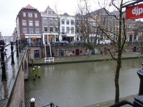ユトレヒトは電車ですぐデス。<br />ICで約30分程。<br />アムステルダム中央駅から出発です。<br /><br />目的はミッフィーに会うためデスが、この回では街歩きに集中デス。<br />ミッフィーは次回にて。<br /><br />雨けぶる(寒い・・・)街、ユトレヒトをどうぞ☆